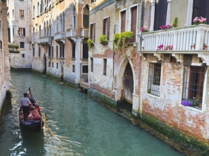 amanda-hall-a-gondola-on-a-canal-in-venice-unesco-world-heritage-site-veneto-italy-europe